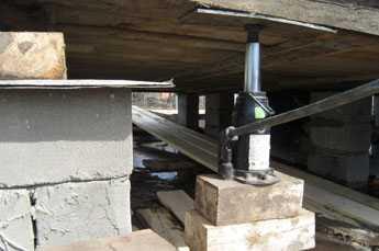 компания выполняет подъем деревянного дома для замены фундамента