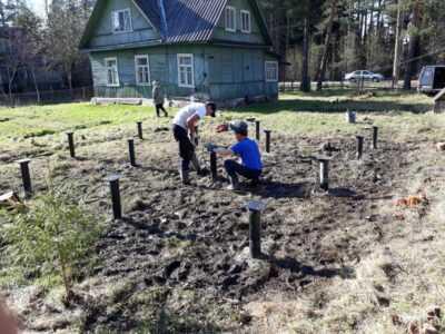 Специалисты устанавливают свайный фундамент по инструкции