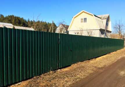Забор на сваях из профнастила