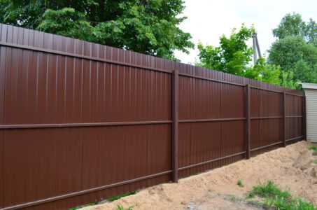 Забор с тремя рядами лагов