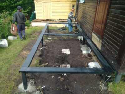 Готовый свайный фундамент под террасу