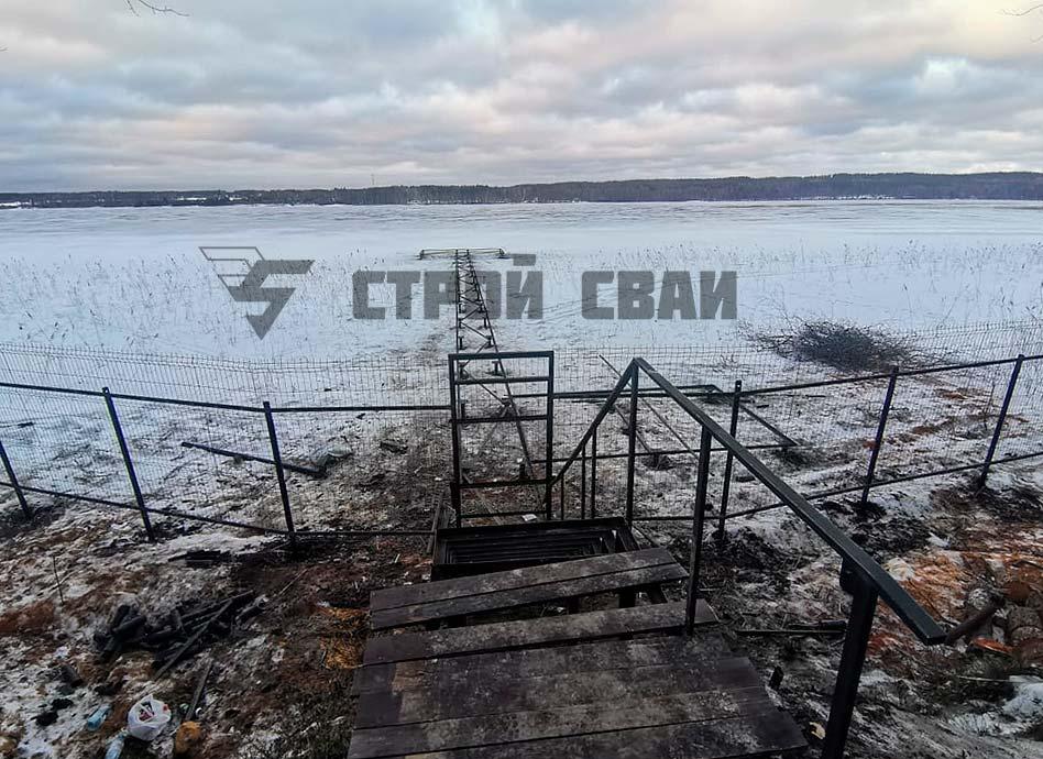 Причал на винтовых сваях на озере Нахимовское