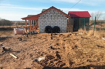 Свайный фундамент под хлев, баню и забор в деревне Пигелево