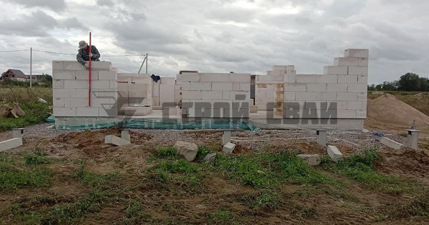 Фундамент из ЖБ свай под пристройку к дому в поселке Красносельское