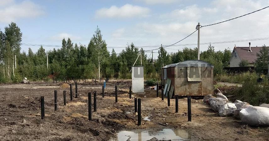 Закрутка винтовых свай под дом и сарай в поселке Синявино