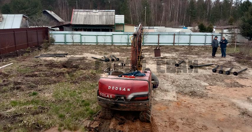 Установка винтовых свай 57 и 89 мм под дом в поселке Лебяжье